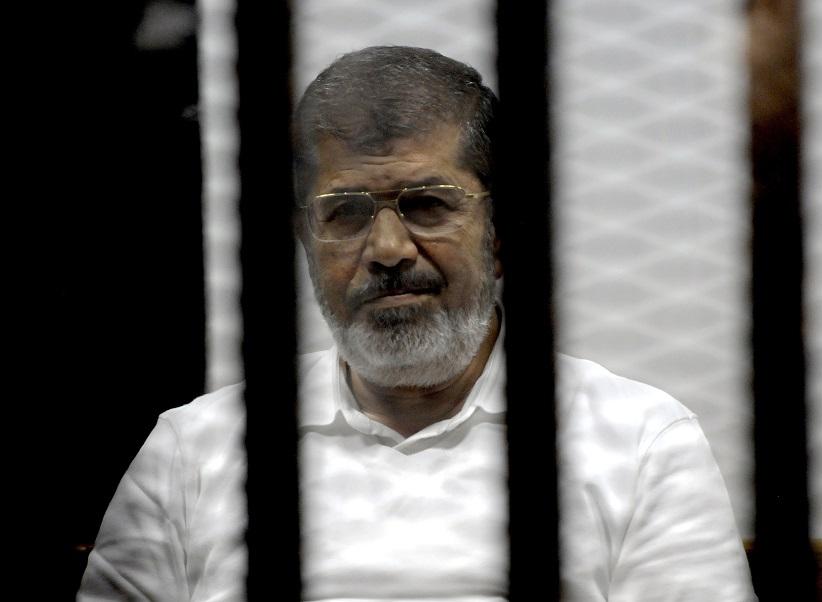 Мухаммед Мурси во время судебного заседания
