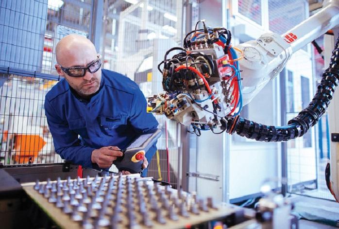 Взаимодействие робота и человека на производстве
