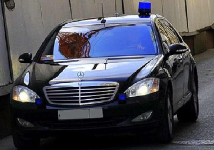 Автомобиль чиновника с мигалкой