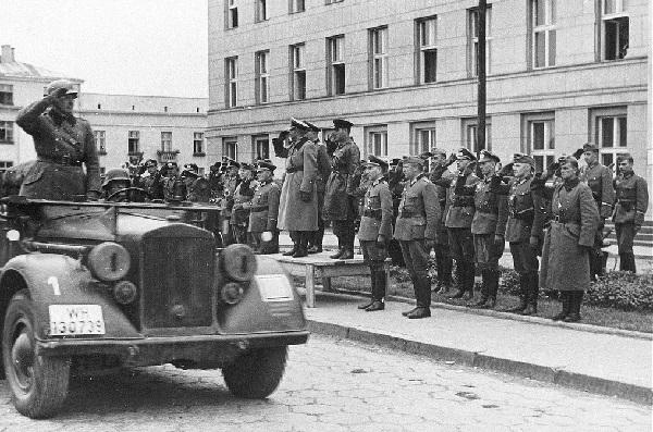 Советская армия отдает честь покидающим Брест немецким войскам