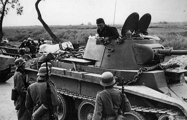 Советский танкист общается с союзниками по разделу Польши