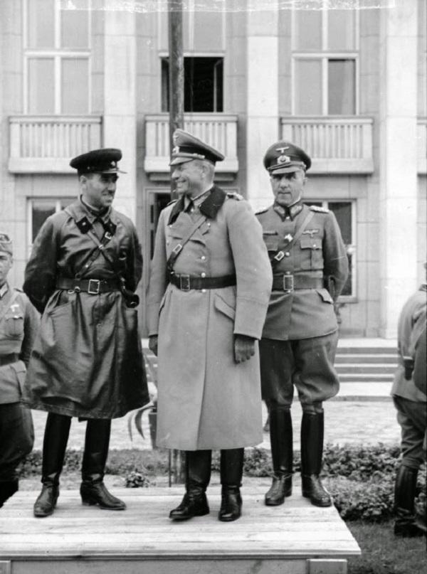 Генерал Г. Гудериан и комбриг С. М. Кривошеин на импровизированной трибуне во время совместного парада в Бресте
