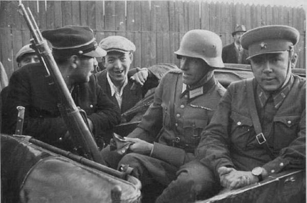 Общение польского железнодорожника с советским и немецким офицером