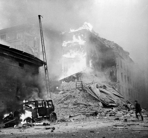 Последствия бомбежки зажигательными бомбами, сброшенными советской авиацией на финские города
