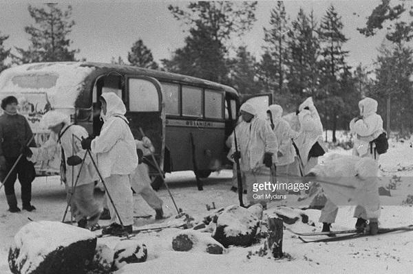 Финских добровольцев на боевые позиции привозит обычный автобус