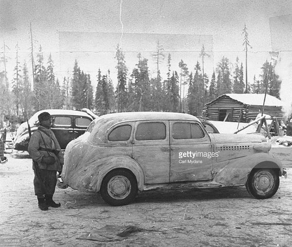 Покрашенный в белый цвет гражданский автомобиль, приспособленный для военных действий в условиях зимы