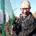 """А. Яценюк инспектирует """"возведение"""" стены"""